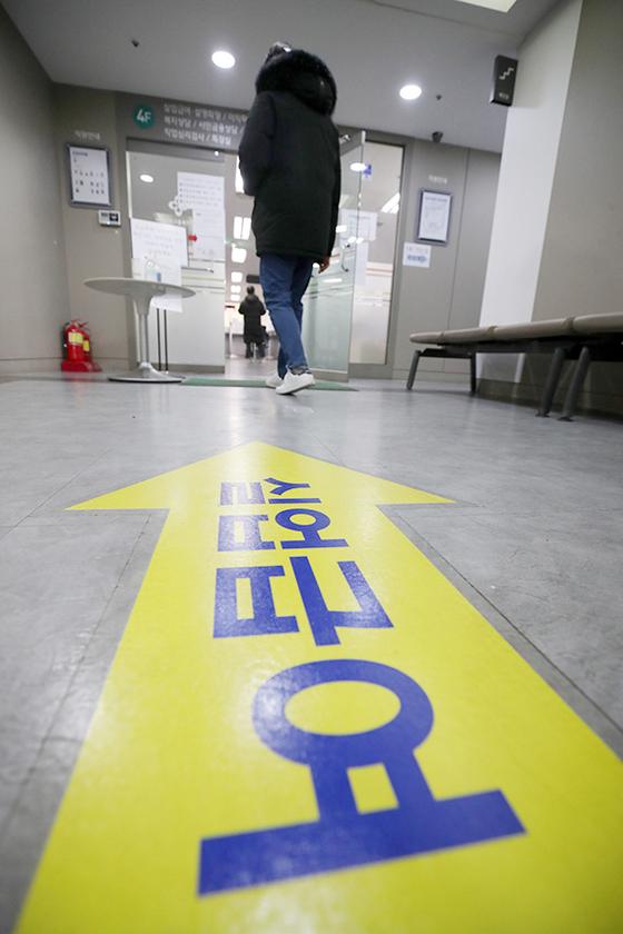 13일 서울 마포구 서울서부고용복지플러스센터에서 구직자들이 실업급여 를 신청하기 위해 사무실에 들어가고 있다. [뉴시스]