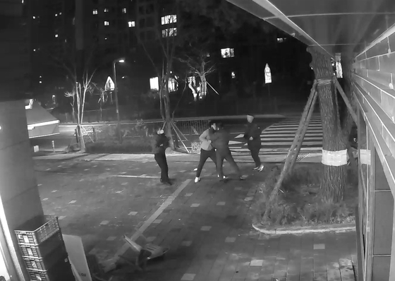 경기도 김포의 한 아파트에서 입주민이 경비원을 폭행했다는 신고가 접수돼 경찰이 수사에 착수했다. CCTV 영상 캡처