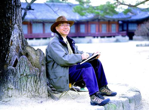 2000년대 초반 본지에 '펜화기행'을 연재하던 당시의 김영택 화백. [사진 중앙포토]
