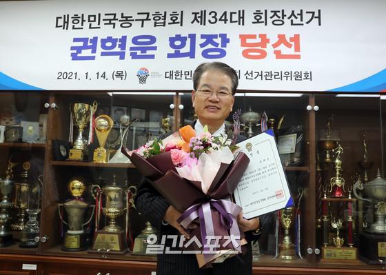 34대 대한민국농구협회장에 당선된 권혁운 아이에스동서 회장이 14일 오후 서울 송파구 올림픽공원 농구협회에서 당선증을 받고 포즈를 취하고있다. 정시종 기자