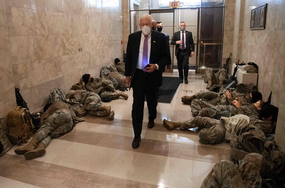스테니 호이어(민주당) 하원 원내대표가 13일(현지시간) 도널드 트럼프 미국 대통령에 대한 탄핵소추안 하원 투표를 앞두고 워싱턴 D.C에 있는 의사당에 도착하며 주방위군 대원들을 지나가고 있다. AFP=연합뉴스