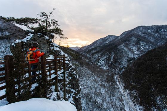 오후 5시, 옥호봉 전망대에 서자 서쪽 산성산 뒤쪽으로 해가 넘어가고 있었다.