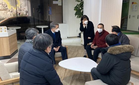 서순탁 서울시립대 총장, 생활치료센터 전환 후 학생 대체숙소 방문
