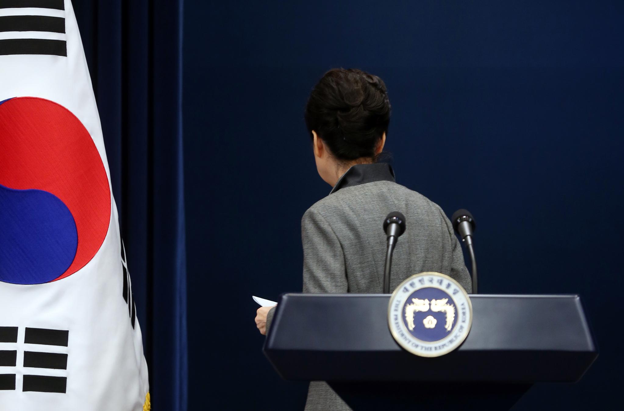 박근혜 대통령이 2016년 11월 29일 청와대 브리핑룸에서 3차 대국민담화를 발표한 후 퇴장하고 있다. 김성룡 기자