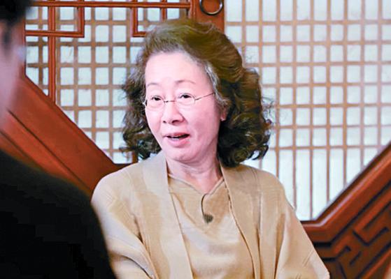 '윤스테이'에서 새로운 매력을 발산하고 있는 윤여정. 유창한 영어 실력을 뽐내며 손님들과 어울린다. [사진 tvN]