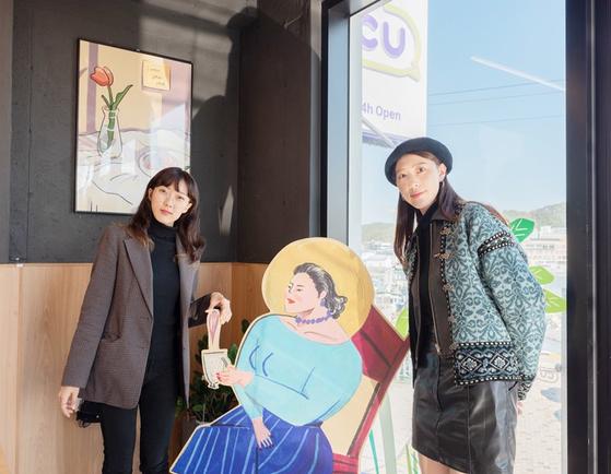 편의점 CU에서 진행중인 '우리동네 아트갤러리' 프로젝트에 참여한 상상주아(왼쪽)와 염민아 작가. 사진 BGF리테일