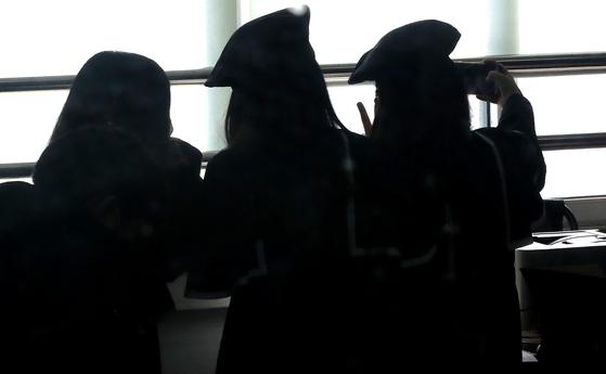 13일 서울 노원구 태랑초등학교에서 졸업식을 마친 학생들이 기념사진을 찍고 있다. 위 사진은 기사 내용과 무관. 뉴스1