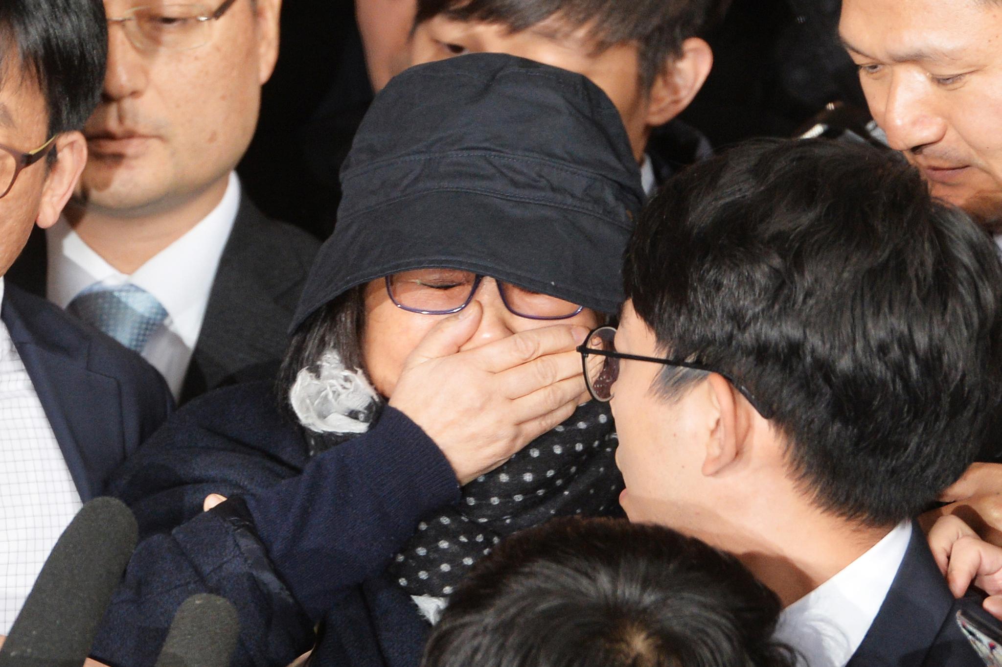 최순실씨가 2016년 10월 31일 오후 서울중앙지검으로 출석하며 취재진의 질문을 받고 있다. 김상선 기자