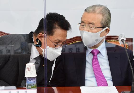 김종인 국민의힘 비상대책위원장(오른쪽)과 정운천 국민통합위원장. 오종택 기자