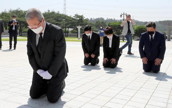 김종인 미래통합당 비상대책위원장이 2020년 8월 19일 광주 북구 운정동 국립 5.18 민주묘지를 찾아 오월 영령 앞에 무릎을 꿇고 참배하고 있다. 뉴시스