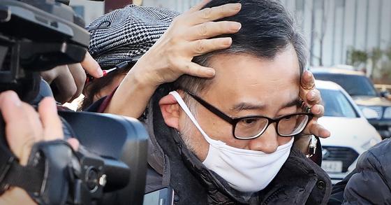 지난해 11월 22일 뇌물 및 성접대 혐의와 관련한 1심 선고공판에서 무죄를 선고받은 김학의 전 법무부 차관이 서울 송파구 동부구치소에서 마중 나온 한 여성의 보호를 받으며 귀가하고 있다. 뉴스1