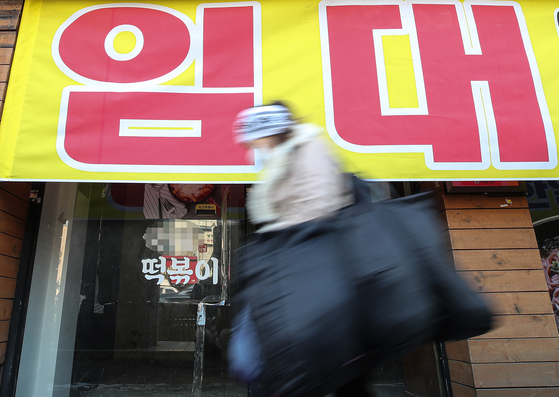 지난 12일 오전 서울 종로구 숭인동 동대문 시장 인근 거리에 폐업한 식당 입구에 임대 현수막이 걸려 있다. [연합뉴스]