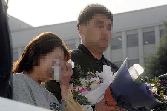 2016년 11월 17일 광주고법에서 열린 '익산 약촌오거리 택시기사 살인사건' 재심에서 무죄를 선고받은 최모(37·오른쪽)씨의 어머니가 눈물을 훔치고 있다. [뉴스1]