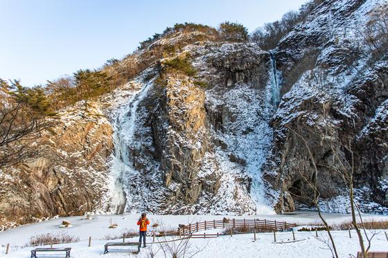 강천산 군립공원 입구에서 40~50분 걸으면 나타나는 구장군폭포. 바짝 얼어붙었다.