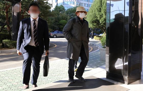 차명진 전 의원이 재판에 참석하기 위해 인천지법 부천지원에 들어서고 있다. 뉴스1