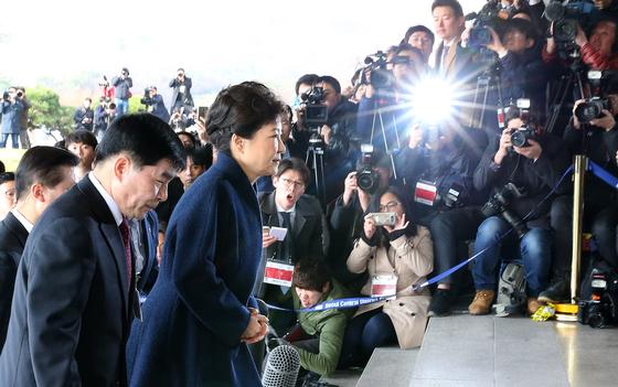 박근혜 전 대통령이 피의자 신분으로 2017년 3월 21일 오전 서울중앙지검에 출두하고 있다. 사진공동취재단