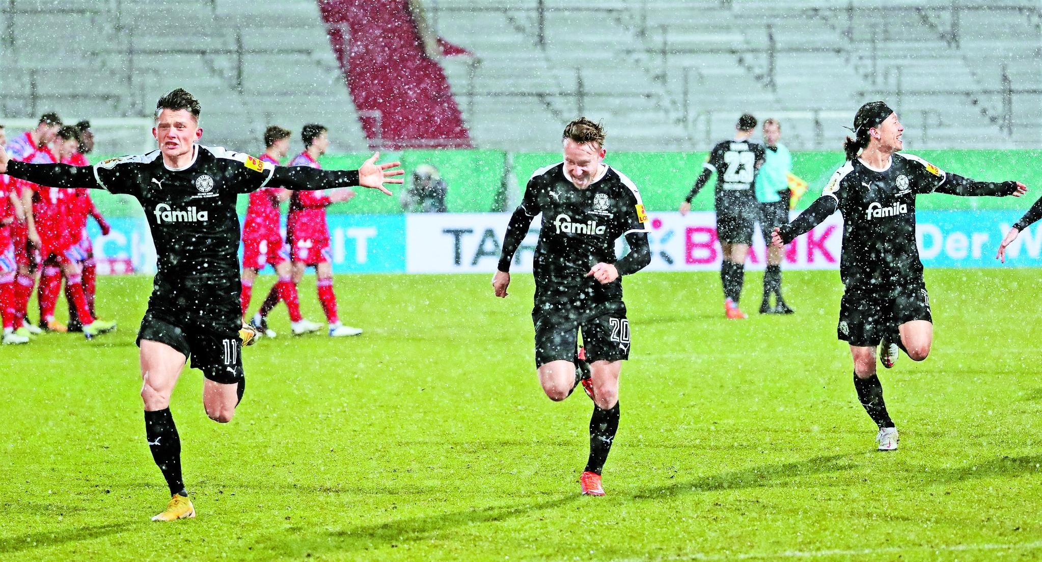 14일(한국시각) 열린 독일축구협회 포칼 2라운드 경기에서 바이에른 뮌헨을 물리친 뒤 환호하는 이재성(오른쪽)과 홀슈타인 킬의 선수들. 이재성은 승부차기를 성공시켰다. [EPA=연합뉴스]