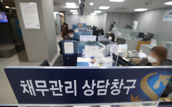 서울의 신한은행 한 지점 창구. 연합뉴스