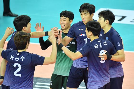 15일 인천 KB손해보험전에서 득점을 올린 뒤 기뻐하는 대한항공 선수들. [사진 한국배구연맹]