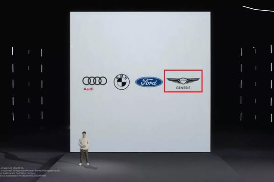 삼성전자 무선사업부 소속 정해윤 프로가 15일 삼성 디지털 키의 첫 파트너로 아우디, BMW, 포드와 함께 제네시스(빨간색 박스)를 소개하고 있다. [사진 삼성 갤럭시언팩 2021 영상 캡처]
