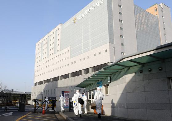 14일 서울동부구치소로 코로나19 방역복을 입은 채 직원들이 들어가고 있다. 뉴스1