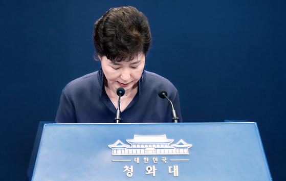 박근혜 전 대통령이 2016년 10월 25일 청와대에서 대국민 사과 기자회견을 하고 있다. 박 전 대통령은 14일 대법원에서 최종심을 선고받았다. 총 수감기간은 22년이다. 청와대사진기자단