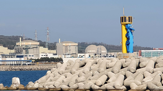 한국수력원자력(주)월성원자력본부 월성 1호기(가운데). 월성 1호기는 국내 최초 가압중수로형 원자력발전소로 2012년 11월 설계수명(30년)을 마치면서 가동이 정지됐다. 뉴스1