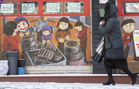 서울 등 전국 대부분 지역에 한파특보가 내려진 7일 오전 서울 광화문에서 한 시민이 모자를 쓰고 걸어가고 있다. 임현동 기자