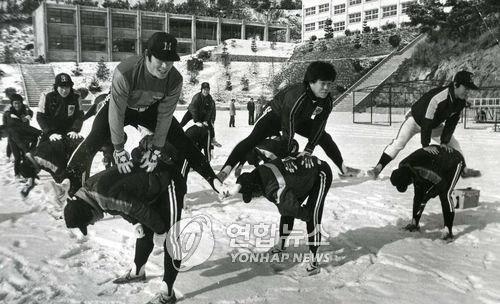 1983년 겨울 해태 선수들이 광주 진흥고에서 운동하는 모습. 연합뉴스
