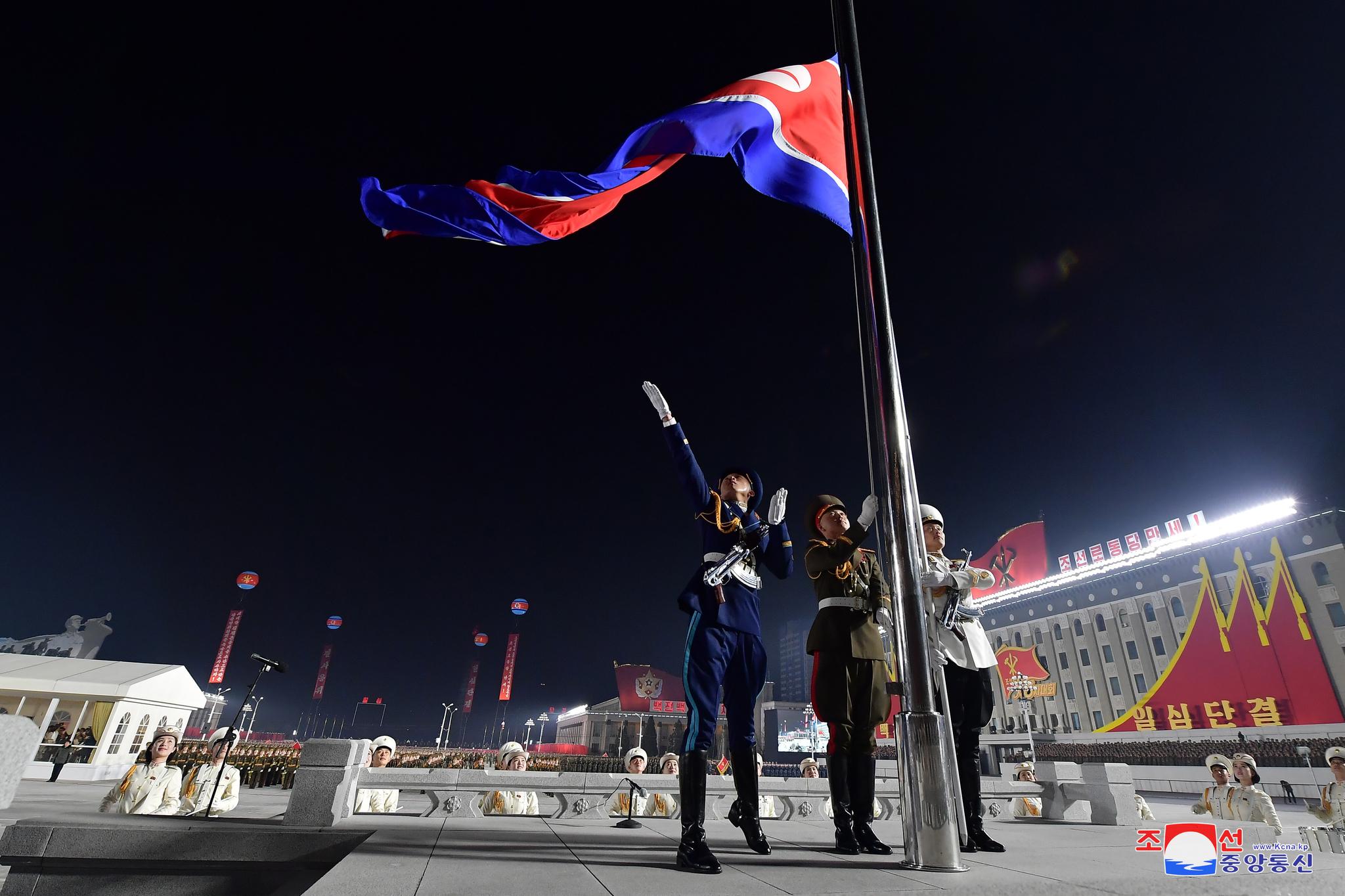 열병식서 신형 SLBM 무기 자랑…이번엔 김정은 눈물 없었다