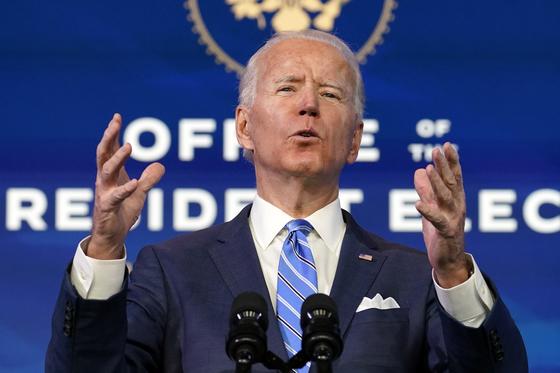 조 바이든 미국 대통령 당선인이 14일(현지시간) 델라웨어주에서 6차 코로나19 부양책을 제안했다. [AP=연합뉴스]