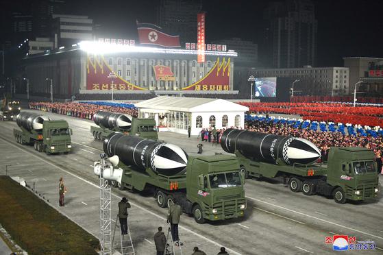 14일 북한 평양 김일성 광장에서 열린 제8차 당대회 기념 열병식에서 북한의 잠수함발사탄도미사일(SLBM)인 북극성-5형 ㅅ의 모습. [조선중앙통신]
