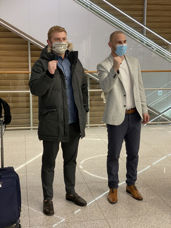 16일 인천국제공항을 통해 입국한 르위키(왼쪽)와 로맥. SK 제공