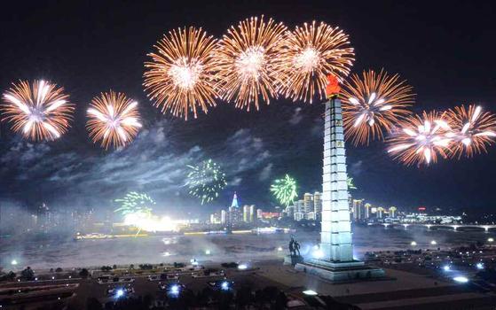 15일 북한 관영매체 노동신문은 전날 저녁 열병식이 끝난 뒤 북한 주민들은 김일성광장과 대동강반(강변)에 모여 경축의 밤을 즐겼다고 전했다. [사진 뉴스1]