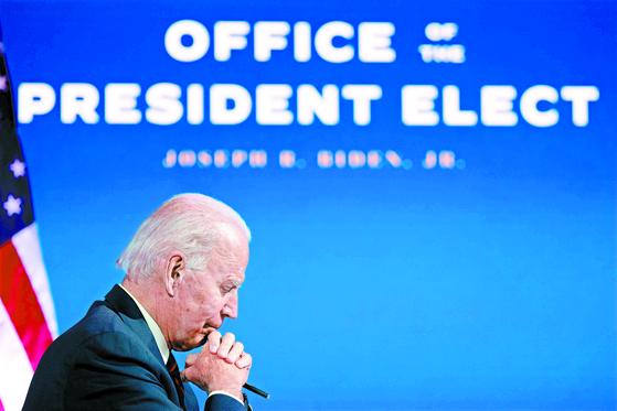 """조 바이든 미국 대통령 당선인이 15일(현지시간) 연설에서 미국의 코로나19 상황이 """"매우 어두운 겨울에 머물러 있다""""고 말했다. [AFP=연합뉴스]"""
