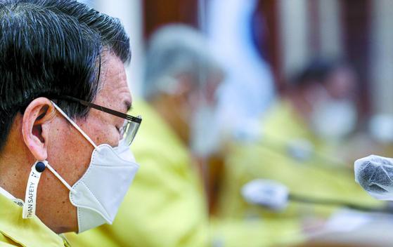 은성수 금융위원회 위원장이 13일 서울 종로구 정부서울청사에서 열린 '비상경제 중앙대책본부회의 겸 한국판뉴딜 관계장관회의'에 참석하고 있다. 금융위는 지난 11일 공매도 재개 방침을 밝혔다. 뉴스1