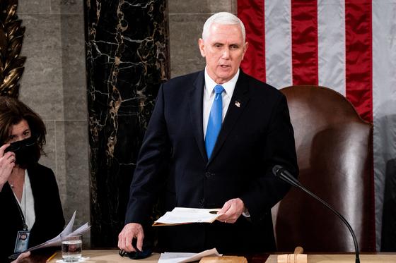 마이크 펜스 미국 부통령이 지난 6일(현지시간) 미국 워싱턴 국회의사당에서 열린 2020년 선거 결과를 인증하기 위해 상하원 합동회의에 참석하고 있다. [로이터=연합뉴스]