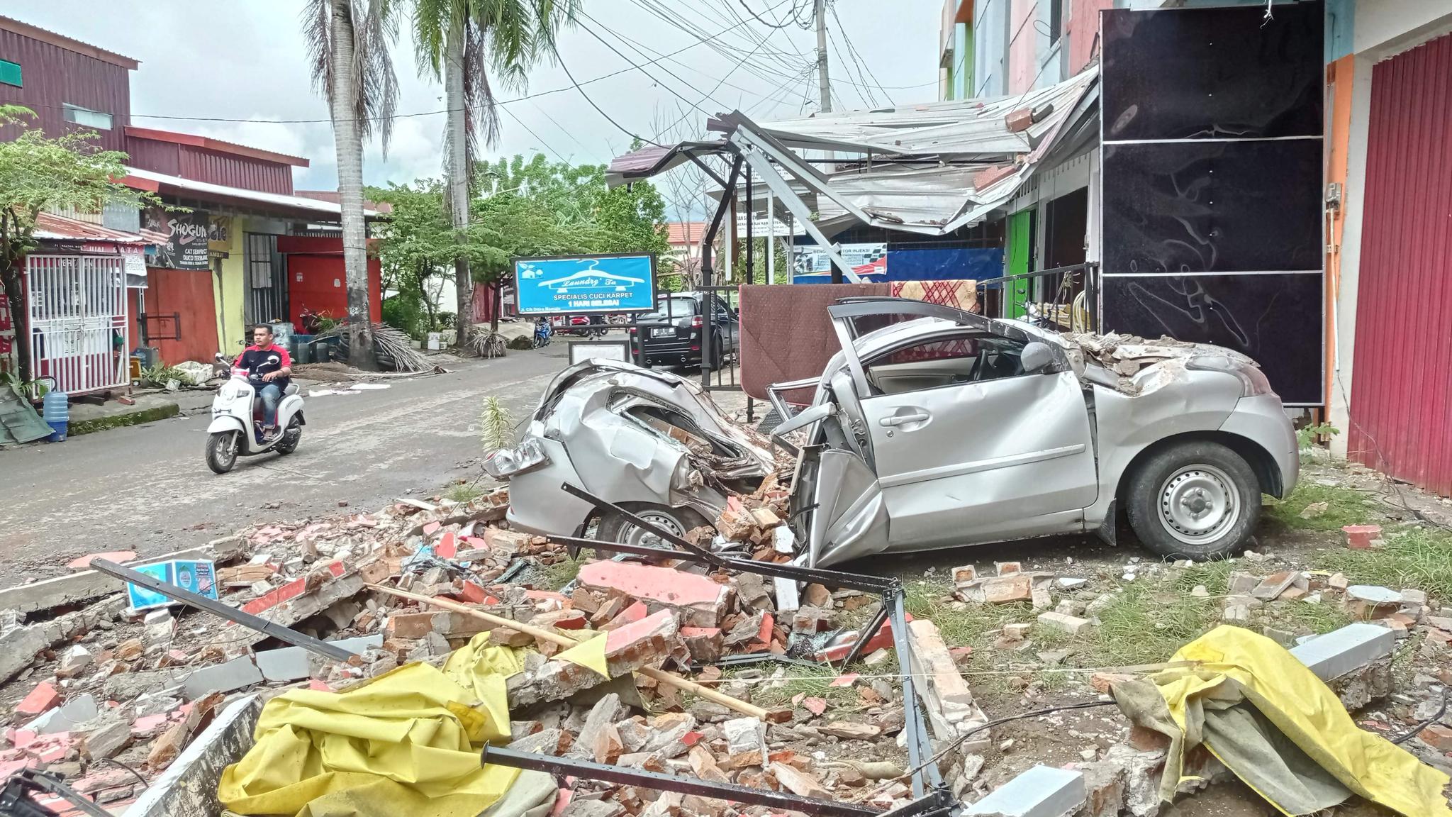 인도네시아 술라웨시섬 서부에서 15일(현지시간) 규모 6.2의 강진이 발생했다. AFP=연합뉴스