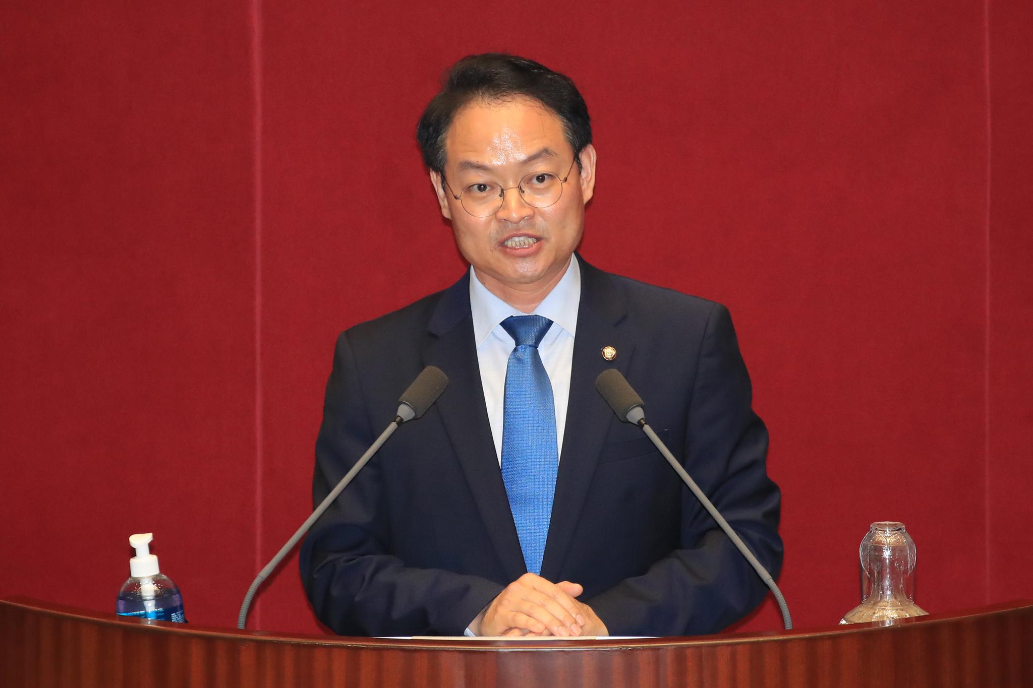 더불어민주당 허영 의원이 4일 오후 국회 본회의에서 토론하고 있다. 연합뉴스