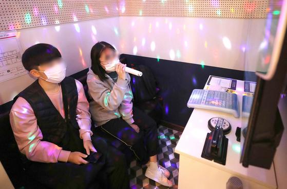 정부가 전국 사회적 거리두기 단계가 기존 2단계에서 1단계로 조정된 10월12일 서울의 한 코인노래방에서 손님이 노래를 부르고 있다.뉴스1