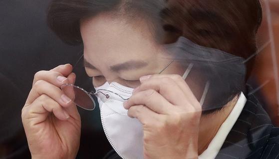 추미애 법무부 장관이 8일 법제사법위원회에서 안경을 쓰고 있다. [연합뉴스]