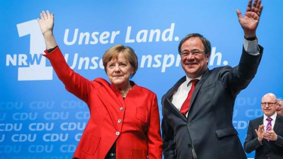 앙겔라 메르켈(왼쪽) 독일 총리와 아르민 라셰트 기독민주당 부당수 겸 노르트라인베스트팔렌주 대표가 2017년 뮌스터에서 열린 당 행사에서 당원들을 향해 손을 흔들고 있다. [EPA=연합뉴스]