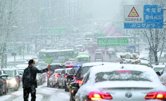 지난 12일 폭설이 내리자 서울 서초구 교대역 인근 도로가 교통체증을 보이고 있다. 뉴스1