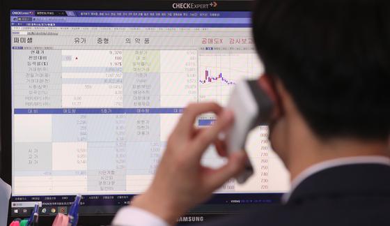 지난해 3월 11일 부산 한국거래소 운영실에 관계자가 신규 공매도 과열 종목으로 지정된 코스피 파미셀 종목 시세를 보고 있다. 뉴스1