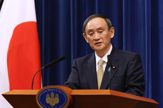 지난 13일 기자회견에서 긴급사태 선포 지역 확대를 발표하는 스가 요시히데 일본 총리. [AP=연합뉴스]