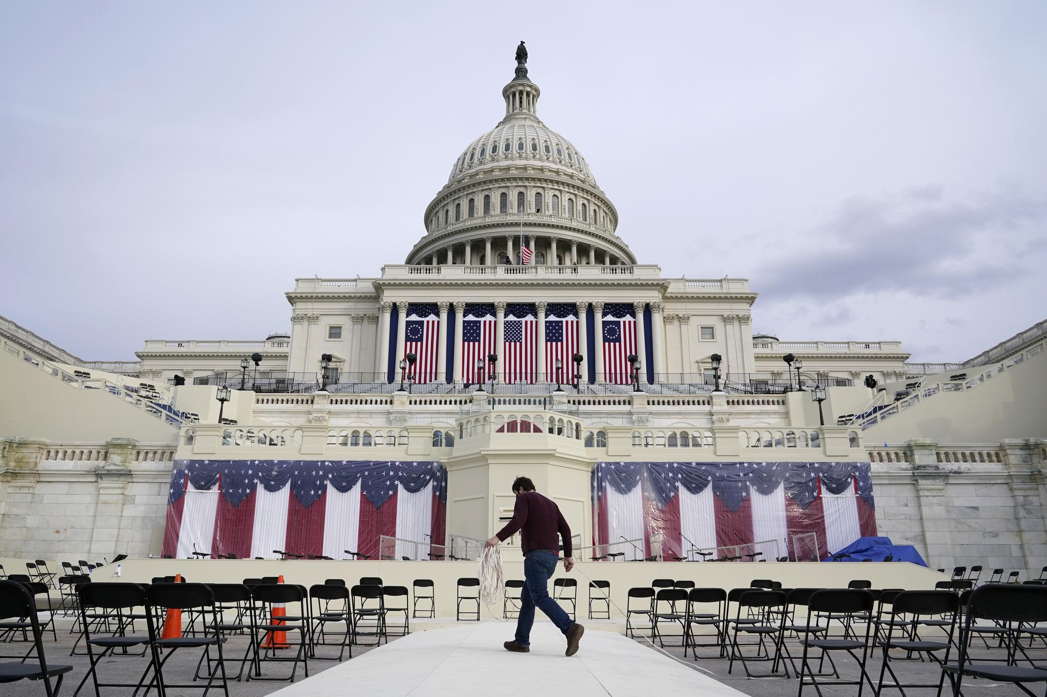 미국 연방의사당에서 16일 바이든 당선인의 대통령 취임식 행사를 준비하고 있다. 취임식 참석인원은 모두 1000명 수준이다. AP=연합뉴스