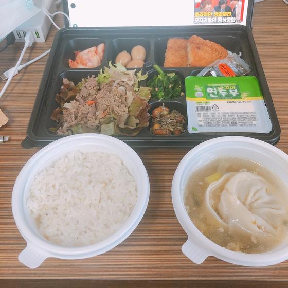 지난달 격리시설에 입소한 A씨가 식사를 하며 태블릿 PC로 영상을 감상하고 있다. [A씨 제공]