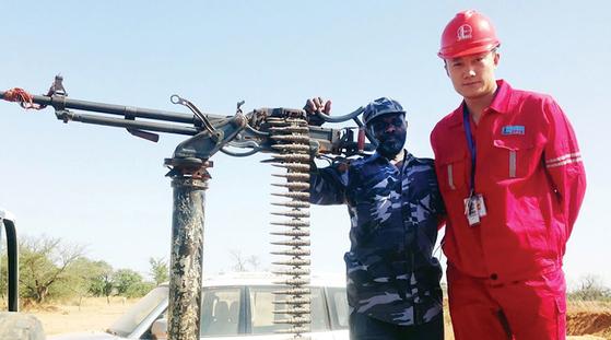 중국의 민간보안회사(PSC)인 더웨이(北京德威保安服務有限公司)의 홍보물. 더웨이는 37개국에서 8000명이 보안 업무를 하고 있다고 밝혔다. [Eurasia Review]