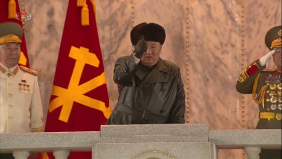 북한이 지난 14일 노동당 제8차 대회를 기념하는 열병식을 진행했다고 조선중앙TV가 15일 보도했다. 열병식을 지켜보던 김정은 위원장이 만족한 듯 엄지손가락을 들어 보이고 있다. 사진 조선중앙TV