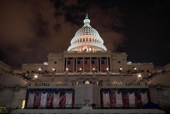 오는 20일(현지시간) 미국 대통령 취임식을 앞두고 의사당에 깃발과 단상이 준비됐다. 그러나 극단주의 단체의 무력시위 우려 탓에 17일 예정됐던 리허설은 연기됐고 현지 언론이 전했다. [AFP=연합뉴스]